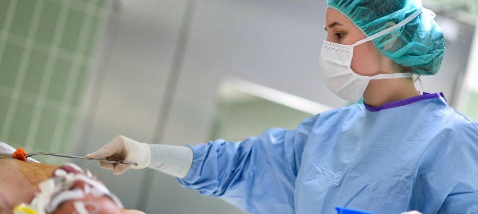 Krankenschwester datiert einen Patienten