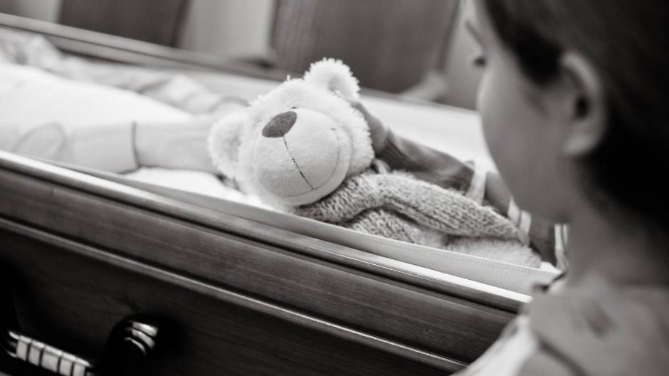 Wenn das eigene Kind stirbt, gibt es in Deutschland meist nur zwei Tage Sonderurlaub: Einen für den Todestag und einen für die Beerdigung.