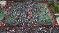 Dutzende Demonstranten nehmen in Hongkong an einem Marsch teil, der von einer prodemokratischen Gruppe organisiert wird.