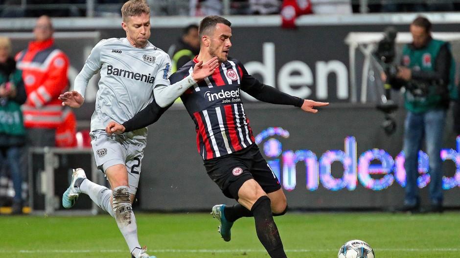 Bis hierhin und nicht weiter – ein vor Tatendrang sprühender Filip Kostic zeigt dem Leverkusener Mitchell Weiser Grenzen auf.