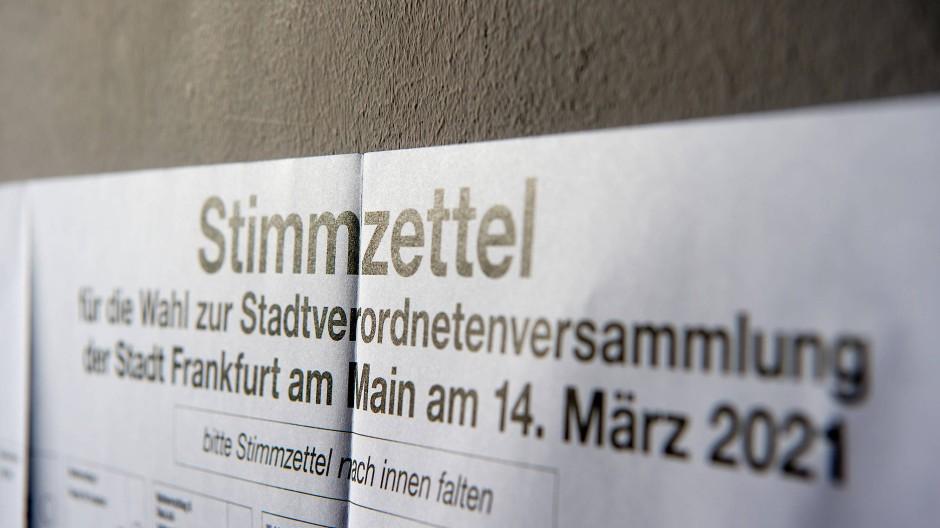Raumgreifend: Unter dem Kopf des Wahlzettels versammeln sich viele Namen von Parteien und Kandidaten.