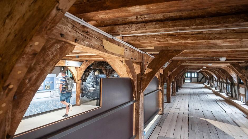 Statik gesichert: Im ersten Stockwerk des restaurierten Fruchtspeichers sind Informationstafeln zu dem Fachwerkgebäude zu finden, das einst in Trendelburg stand.