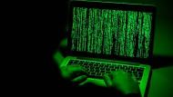 Mit grünen Symbolreihen in die Matrix: Symbolbild eines Hackerangriffs.