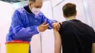 Eine Impfung im Impfzentrum: Nach Ostern sollen auch Hausärzte in Deutschland Impfstoff bekommen.
