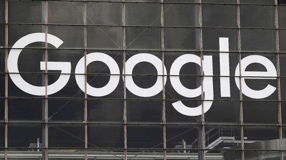Das Google-Logo an einem Hochhaus im Pariser Finanzdistrikt La Défense