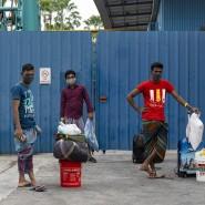 Vor der Isolierstation: Wartende Gastarbeiter in Singapur