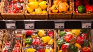 Immer noch viel Plastik im Gemüseregal