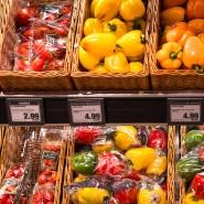 Paprika liegen in einem Supermarkt in Würzburg.