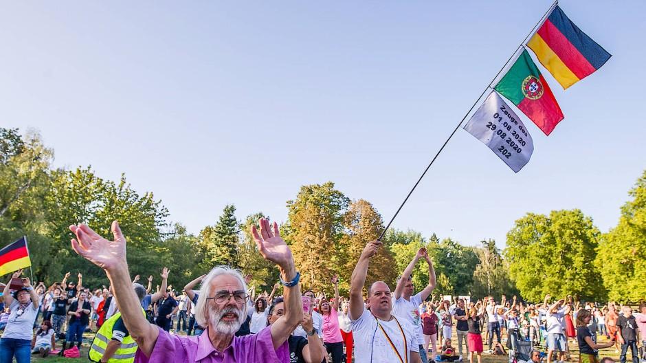 Querdenker-Harmonie: Teilnehmer der Demo beim gemeinsamen Singen, Tanzen und Fahne schwenken.