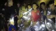 Aufnahme aus dem zweiten Video der thailändischen Marine: Die Jugendlichen wirken in deutlich besserer Verfassung und machen gar Scherze.