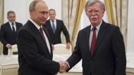 Im Juni 2018 trafen sich Russlands Präsident Putin und der amerikanische Sicherheitsberater John Bolton noch im Kreml, um das Verhältnis der beiden Ländern zu verbessern.