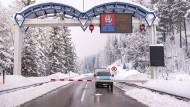 Schneemassen in Österreich: Eine Straßensperre der B108 bei Matrei in Osttirol wegen des Wetters am 3. Januar