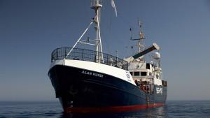 """Rettungsschiff """"Alex"""" fährt in den Hafen von Lampedusa ein"""