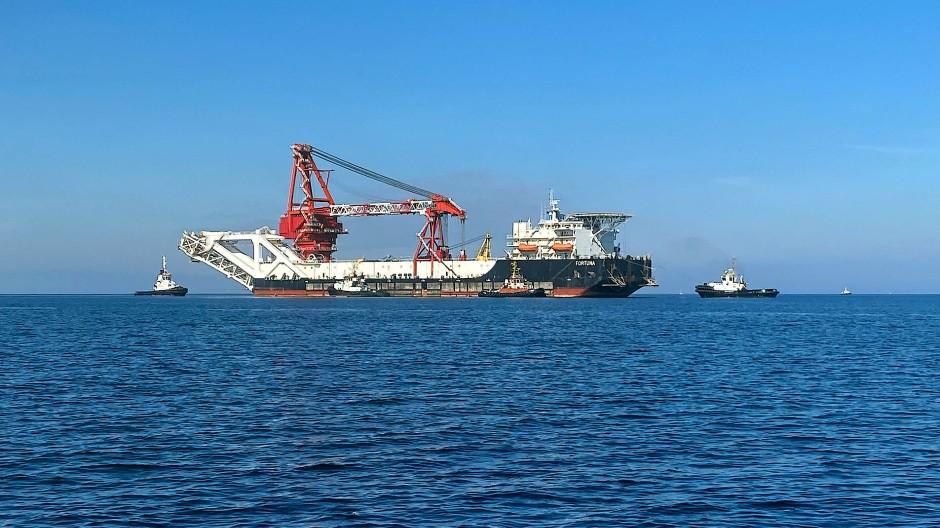Ein Verlegeschiff in der Ostsee