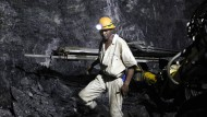 Arbeiter in einer von South Deep betriebenen Mine (Archivbild)