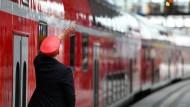 Ein Regionalzug der Deutschen Bahn wird am Berliner Hauptbahnhof abgefertigt.