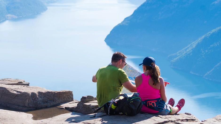 Ein Paar genießt den Blick vom Preikestolen in Norwegen (Symbolbild).