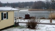 Urlaub am See: Von den Ferienhäusern auf dem Gederner Campingplatz sind es nur ein paar Schritte bis zum Wasser.