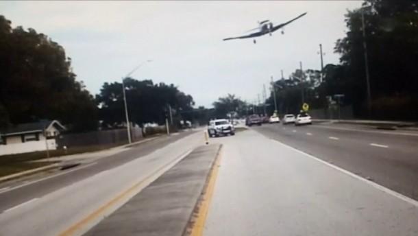 Flugzeug legt Notlandung auf belebter Straße hin