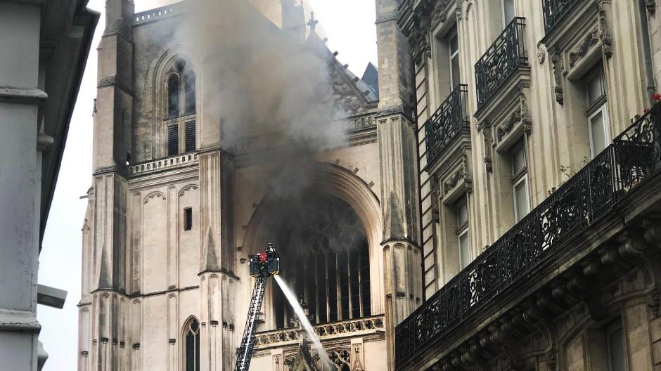 In der Kathedrale von Nantes fing es am Samstagmorgen an zu brennen.