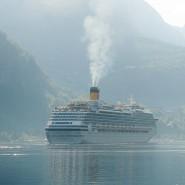 Massentourismus vom Wasser kommend: Zwei Kreuzfahrtschiffen liegen im Geirangerfjord.