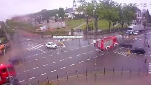 Feuerwehrauto rast erst in PKW und dann in Wohnhaus