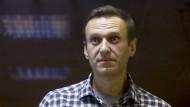 Alexej Nawalnyj hinter Glas bei einer Gerichtsverhandlung im Februar 2021 in einem Bezirksgericht in Moskau