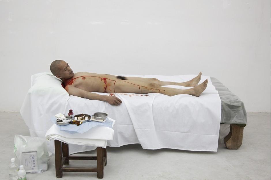 """""""Ein Meter Demokratie"""": Der Performance-Künstlers He Yunchang ließ sich ohne Anästhesie einen Schnitt vom Schlüsselbein bis unters Knie beibringen, den er Lebenslinie nannte."""