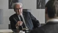 Hessens Generalstaatsanwalt Fritz Bauer (Ulrich Noethen) setzt sich vor dem jungen Staatsanwalt Joachim Hell (David Kross) für die Verfolgung der Naziverbrechen ein.