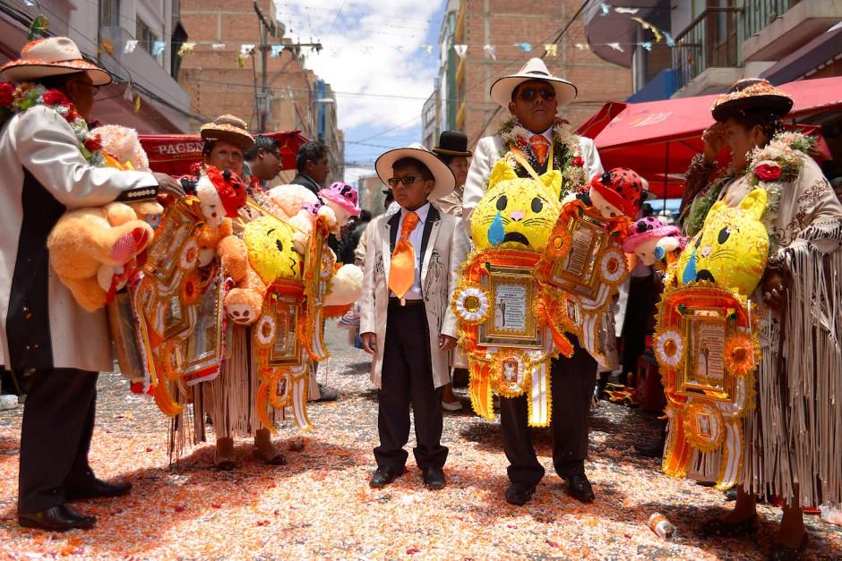 """Familienmitglieder der Vereinigung """"The Untouchables"""", die das diesjährige Preste-Feier organisierten, stehen auf der Straße von La Paz  und erhalten Geschenke von Gästen."""