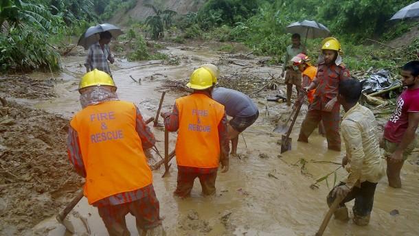 Dutzende Tote bei Erdrutschen in Bangladesch