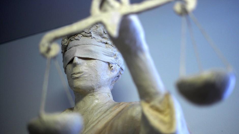 Die Statue Justitia mit Waage und verbundenen Augen.