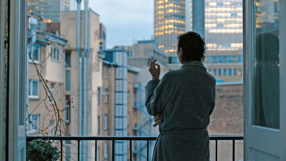 Hochhausbild mit Dame: Monika (Ursula Strauss) macht sich Gedanken.