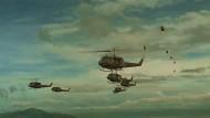 """Tatata taaah tah, ta tata taaaah tah, ta tata taaah tah, ta tata taaah - das ist der Soundtrack zu dieser Szene aus """"Apocalypse Now"""" von Francis Ford Coppola (1979)"""