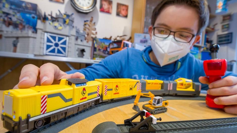 """Ein Junge spielt mit der Märklin my-world-Startpackung """"Baustelle""""."""