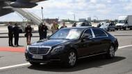 Der britische Prinz Charles und seine Frau Herzogin Camilla verlassen in einer Mercedes-Benz Limousine den Flughafen Tegel.