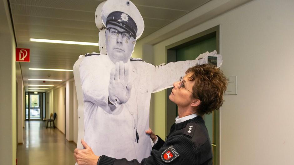 Die Polizeihauptkommissarin Jasmin Kaatz mit dem wieder gefundenen Denkmal für Heinz-Erhardt (1909-1979) in einem Flur der Polizei Göttingen