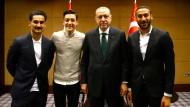Das Foto von Ilkay Gündogan, Mesut Özil, Recep Tayyip Erdogan und Cenk Tosun (v.l.n.r.) sorgte für deutliche Kritik – auch vom DFB.