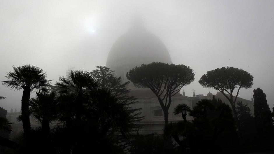 Dichter Nebel umhüllt den Petersdom im Vatikan