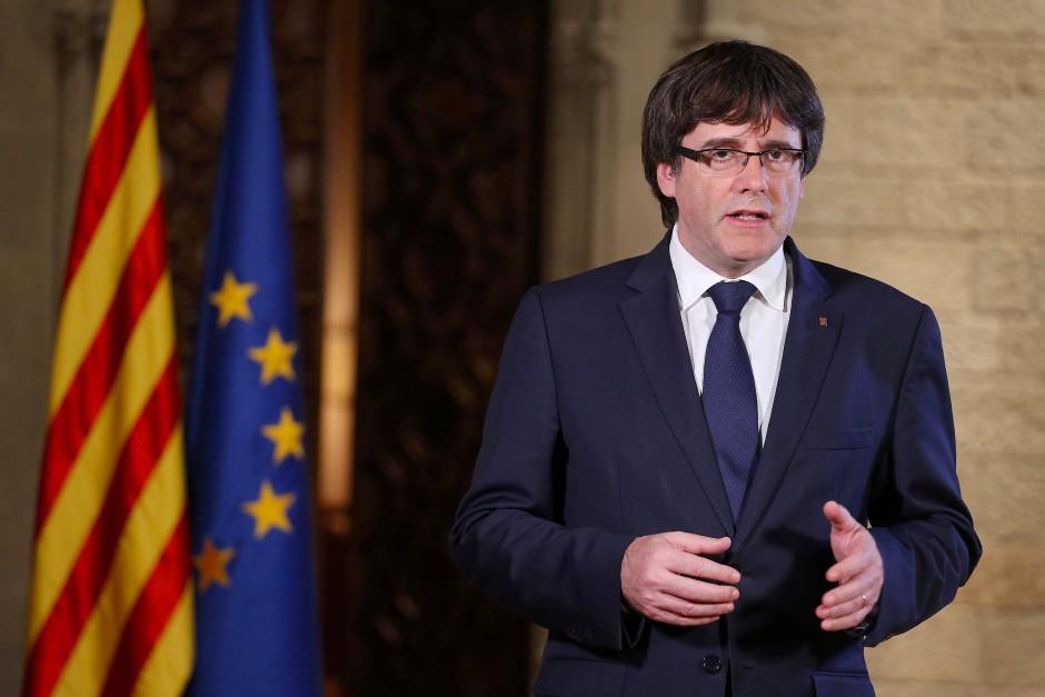 Kataloniens Regionalpräsident Carles Puigdemont bei seiner Fernsehansprache am Samstagabend.
