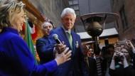 Hier, nimm Du mal: Hillary Clinton mit ihrem Mann Bill auf Tuchfühlung mit Anhängern in New York City