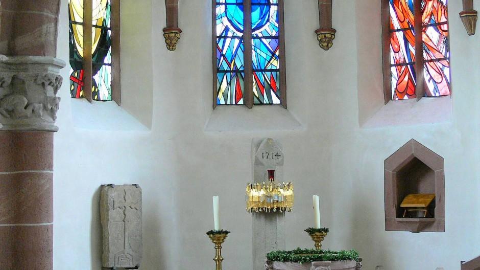 St. Katharina in Schöllkrippen: Im Chor ist die einzigartige Bildplatte aus dem Frühmittelalter angebracht, die germanische und christliche, sakrale und profane Zeichen vereint