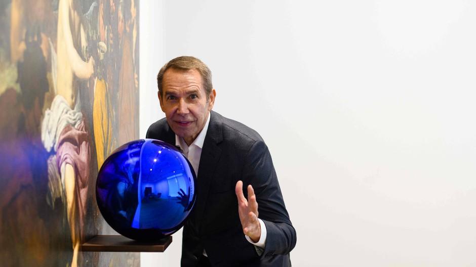 Da war die Kugel noch ganz und der Künstler noch glücklich: Jeff Koons posierte im März 2018 noch vor seinem Objekt.