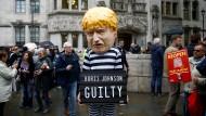 Demonstranten stehen am Dienstag vor dem Supreme Court in London.