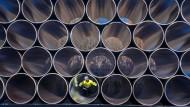 Ein Mitarbeiter prüft tonnenschwere Rohre für die zukünftige Ostsee-Erdgastrasse Nord Stream 2 auf einem Lagerplatz in Mecklenburg-Vorpommern.