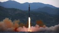 Laut der staatlichen nordkoreanischen Nachrichtenagentur KCNA zeigt dieses Foto eine Rakete des Typs «Hwasong-12» beim Start am 14. Mai 2017.