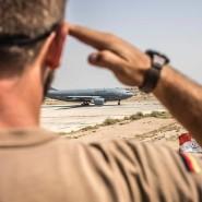 Augen geradeaus: Ein Soldat auf dem Stützpunkt Azraq verabschiedet im Sommer ein Tankflugzeug der Bundeswehr