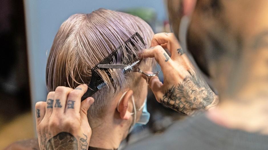 Mehr Geld künftig fürs Haareschneiden? In einem Frankfurter Friseursalon