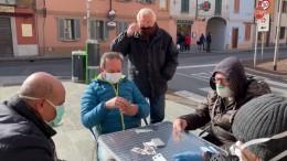 Kartenspielen mit Atemschutz  in Italien
