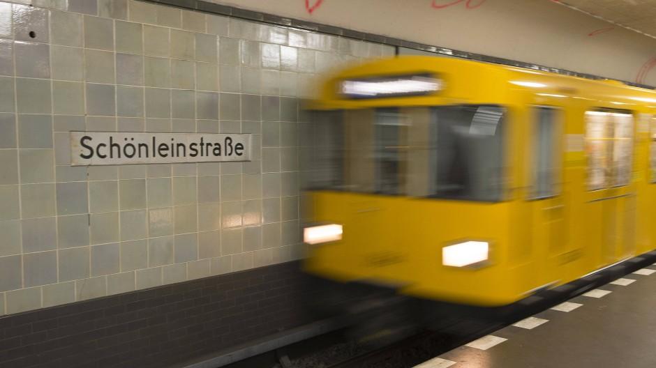 Unbekannte haben eine Transfrau in einer Berliner U-Bahn angegriffen. Sie beleidigten, bedrohten und bespuckten die Frau (Archivbild).